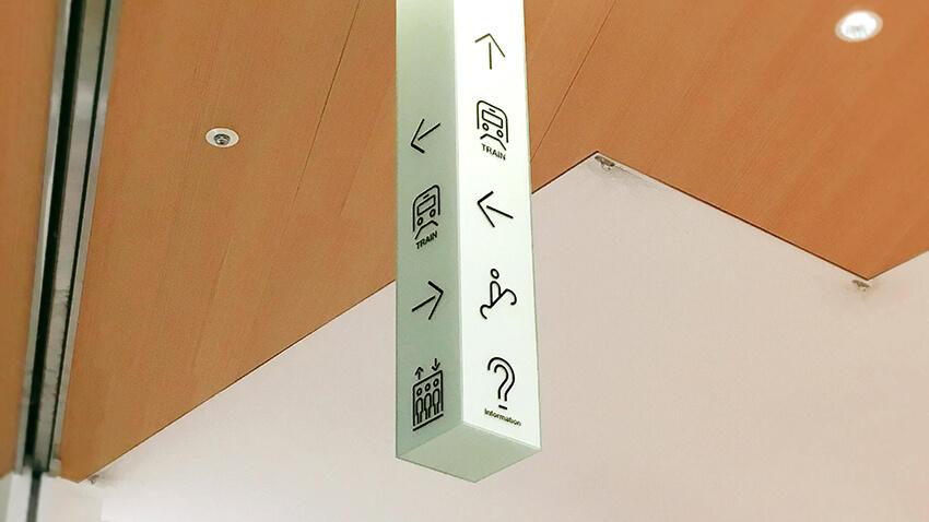 NEWoManで使用されている、新宿駅改札の方向、エレベーター、エスカレーター、案内所のピクトグラムのサインの写真。